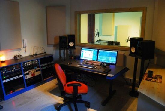 קונטרול רום באולפן הקלטות פאוזה
